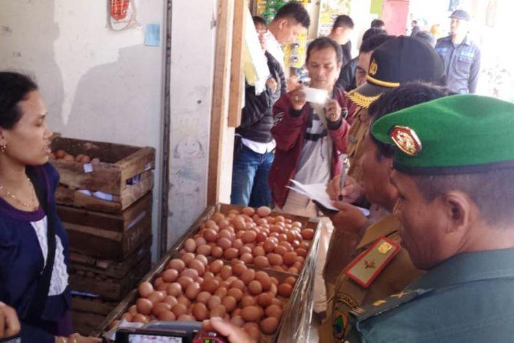 Satgas Pangan Polres Cianjur dan Diskoperindag Kab. Cianjur, Jawa Barat melakukan sidak harga dan stok kebutuhan pangan jelang Ramadan di Pasar Induk Cianjur, Senin (29/04/2019)