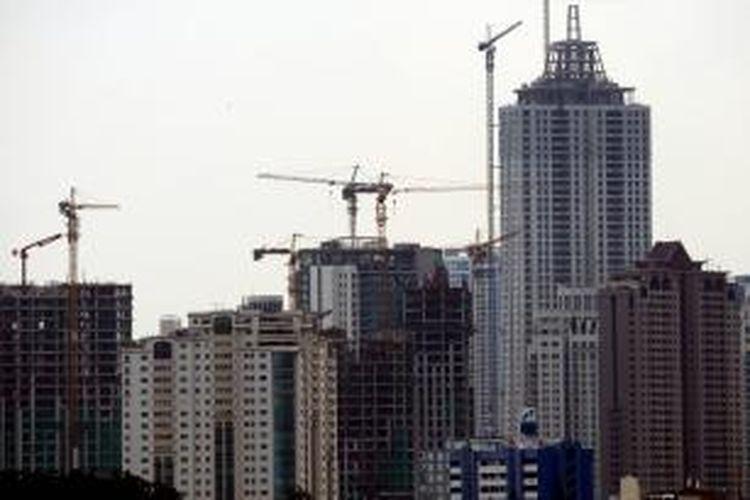 Apartemen Untuk Investasi - Proyek pembangunan apartemen terus bermunculan seperi di kawasan Permata Hijau, Jakarta Selatan, Minggu (20/10/2013). Apartemen menjadi pilihan hunian bagi warga kota Jakarta di tengah makin padatnya permukiman dan kemacetan lalu lintas dibandingkan membeli hunian di luar kota. Selain itu, apartemen juga dapat menjadi investasi karena tingginya permintaan dan saat nilai tukar rupiah yang cenderung tidak stabil.
