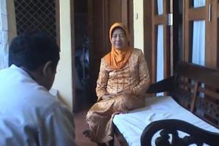 Ibunda Jokowi, Sudjiatmi, menemui wartawan di Solo pada hari Jumat (9/8/2013).