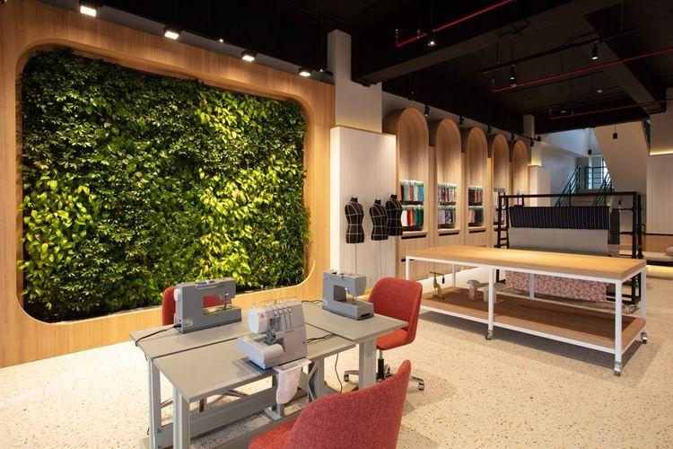 Jakarta Fashion Hub dipilih sebagai lokasi Indonesia Fashion Week yang diadakan secara virtual dengan tetap menerapkan protokol kesehatan yang ketat.