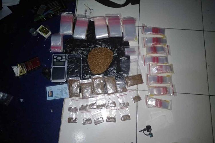 Barang bukti paket gorila siap edar diamankan dari pengedar asal Cihideung, Kota Tasikmalaya, Senin (5/10/2020).