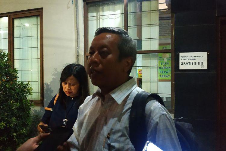 Nugraha, perwakilan Asosiasi Pengusaha Indonesia (Apindo) Kota Bekasi memberikan keterangan pada awak media selepas rapat finalisasi UMK Bekasi 2020, Kamis (14/11/2019) malam.