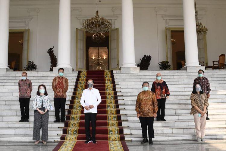 Presiden Joko Widodo berfoto bersama usai bertemu dengan beberapa pemimpin redaksi media massa. Di antaranya adalah Pemimpin Redaksi Kompas.com, CNN dan Trans Corp, Koran Tempo, Republika dan Liputan 6.