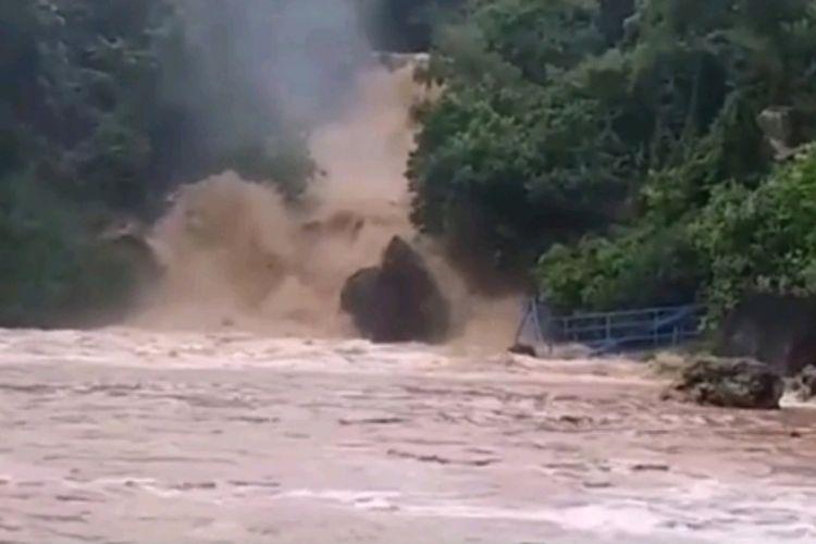 Foto sungai yang bermuara di Pantai Baron, Tanjungsari, Gunungkidul, Yogyakarta, meluap dan menyebabkan banjir di kawasan itu, Senin (18/3/2019) pagi.