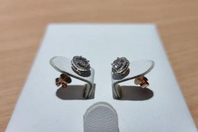 KPK melelang anting-anting emas putih bermata berlian milik eks Bupati Kepulauan Talaud Sri Wahyumi