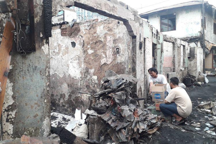 Warga gotong royong bersihkan sisa-sisa kebakaran di jalan Trenggulun Menteng, Senin (16/7/2018).