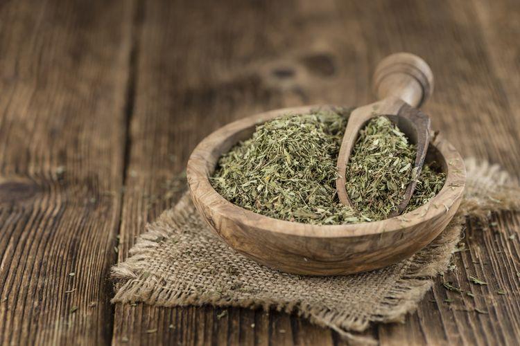 Ilustrasi daun stevia yang sudah dikeringkan.