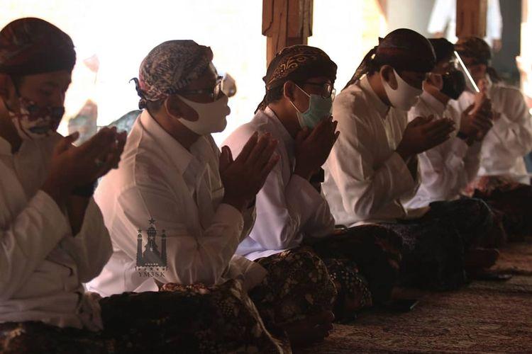 Penjamasan Keris KiaiCinthaka, pusaka peninggalan Sunan Kudus atauSayyid Jafar Shadiq Azmatkhan di kompleks Makam Sunan Kudus, Kabupaten Kudus, Jawa Tengah, Kamis (6/8/2020).
