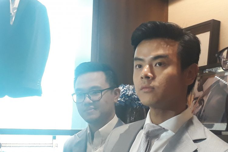 Dion Wiyoko dijumpai wartawan saat sedang fitting jas untuk pernikahannya dengan Fiona Anthony di Wong Hang, Grand Indonesia West Mall, Jakarta Pusat, Kamis (24/8/2017)