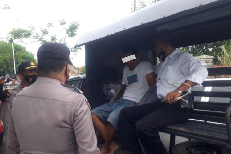 Pelaku saat diamankan Polsek Mataram