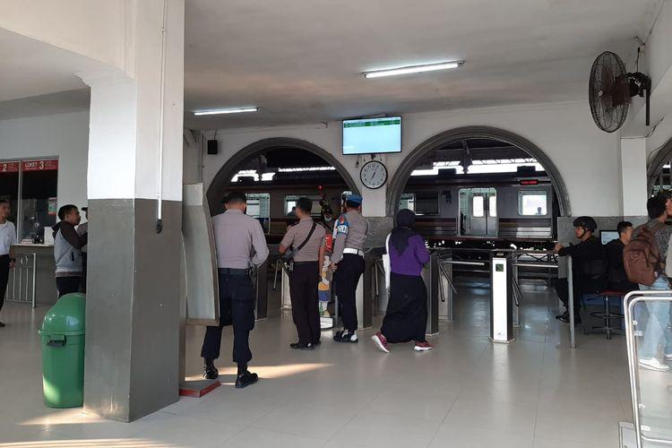 Sejumlah personel gabungan dari Polres Lebak, Brimob dan TNI tampak siaga di Stasiun Rangkasbitung, Kabupaten Lebak, Banten Rabu (22/5/2019)