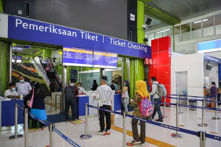 Pemeriksaan tiket calon penumpang kereta api.