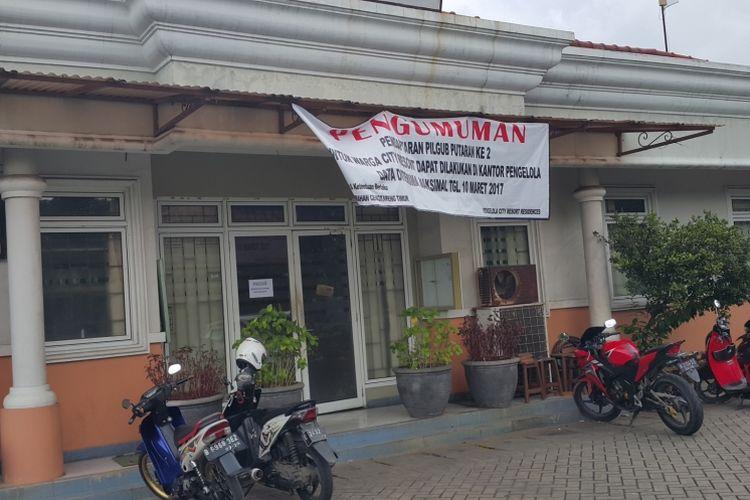 Spanduk pemberitahuan pendaftaran pemilih di City Resort Residence, Kelurahan Cengkareng Timur, Jakarta Barat. Foto diambil Jumat (10/3/2017).