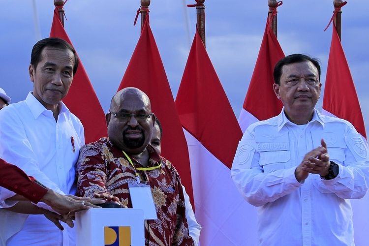 Presiden Joko Widodo (kiri) didampingi Kepala BIN Budi Gunawan (kanan) dan Gubernur Papua Lukas Enembe (tengah) menekan tombol secara simbolis saat meresmikan Jembatan Holtekamp di Kota Jayapura, Papua, Senin (28/10/2019). Kunjungan perdana Presiden Joko Widodo ke Papua setelah pelantikan tersebut  untuk meninjau infrastruktur sekaligus menyampaikan rencana pembangunan di Papua dan Papua Barat dalam lima tahun mendatang. ANTARA FOTO/Gusti Tanati/wpa/wsj.