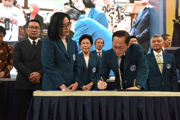 Gubernur Jawa Barat Ridwan Kamil saat menyaksikan proses pelantikan Reini Wirahadikusumah sebagai rektor baru ITB periode 2020-2025 menggantikan Kadarsah Suryadi di Aula Barat ITB, Jalan Ganesha, Kota Bandung, Senin (20/1/2020).