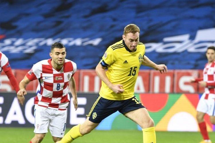 Penyerang Swedia Dejan Kulusevski memainkan bola selama pertandingan sepak bola UEFA Nations League Swedia vs Kroasia pada 14 November 2020 di stadion Friends Arena di Solna dekat Stockholm.