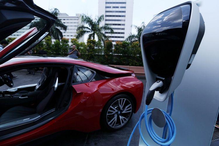 Simulasi pengisian bahan bakar listrik mobil Hybrid BMW i8  saat acara penyerahan kunci di Grand Hyatt, Jakarta, Kamis (20/4/2017). Penyerahan unit pertama kali dilakukan oleh BMW dengan penyerahan kunci secara resmi oleh President Director BMW Group Indonesia Karin Lim kepada pemilik pertamanya.
