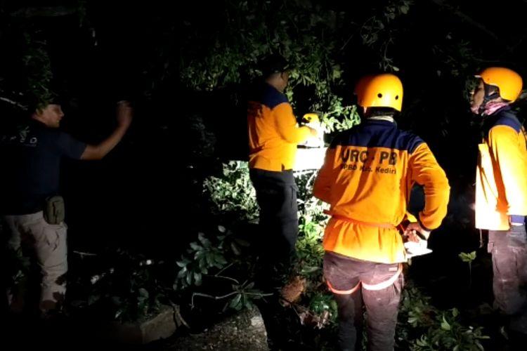 Penanganan pohon roboh akibat terjangan angin di wilayah Kecamatan Badas, Kabupaten Kediri, Jawa Timur, Rabu (4/12/2019) malam.