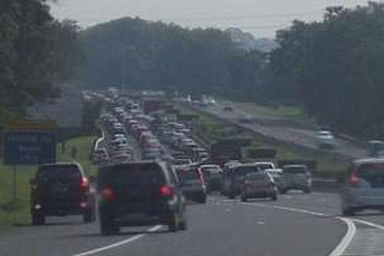 Kemacetan memasuki pintu keluar tol Bogor