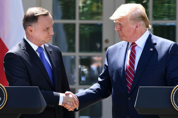 Presiden Amerika Serikat Donald Trump (kanan) berjabat tangan dengan Presiden Polandia Andrzej Duda, di Gedung Putih, Rabu (12/6/2019).