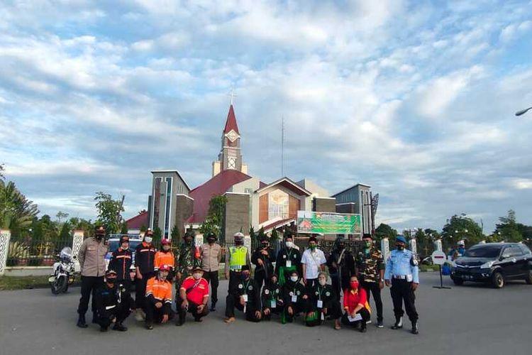 Relawan lintas agama dan ormas ketika ikut mengamankan misa Natal bersama TNI Polri di Gereja Katolik Katedral Tiga Raja Timika, Kamis (24/12/2020).