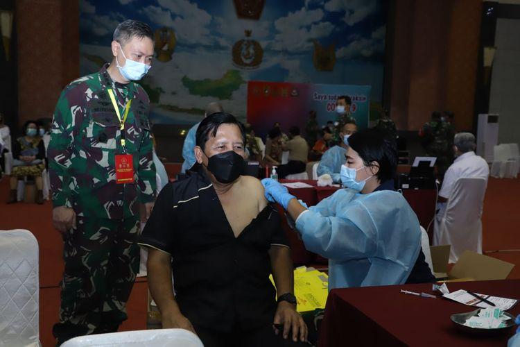 Sebanyak 2.400 purnawirawan beserta istri telah menjalani vaksinasi Covid-19 di GOR Ahmad Yani, Mabes TNI, Jakarta, pada 5 dan 8 Maret 2021.