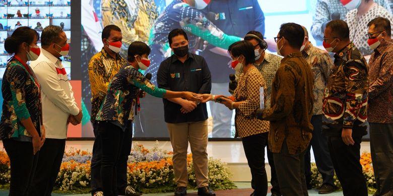 Kepala Badan Pelindungan Pekerja Migran Indonesia (BP2MI) Benny Rhamdani bersama Menteri BUMN Erick Thohir menyaksikan kesepakatan antara Jasindo dan BNI dalam launching pembebasan biaya bagi pekerja migran melalui KUR dan KTA, Kamis (12/8/2021).