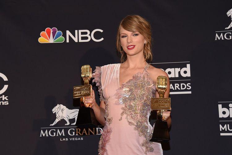 Taylor Swift berfoto dengan dua trofi penghargaan pada Billboard Music Awards 2018 yang digelar di MGM Grand Resort International, Las Vegas, AS, Minggu (20/5/2018).