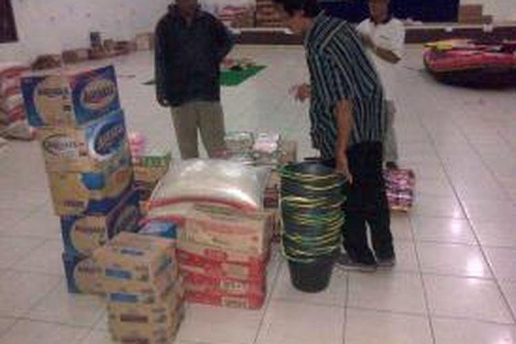 Suasana di salah satu posko bantuan korban banjir. Beberapa bantuan yang disalurkan tidak sampai ke penerima yang tepat karena diduga ada oknum yang menimbun