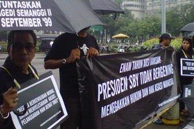 Aksi Kamisan oleh para aktivis HAM, korban dan keluarga korban pelanggaran HAM di depan Istana Negara, Kamis (17/1/2013). Banjir yang mengepung beberapa wilayah di Jakarta ini tak menyurutkan semangat mereka menuntut keadilan.