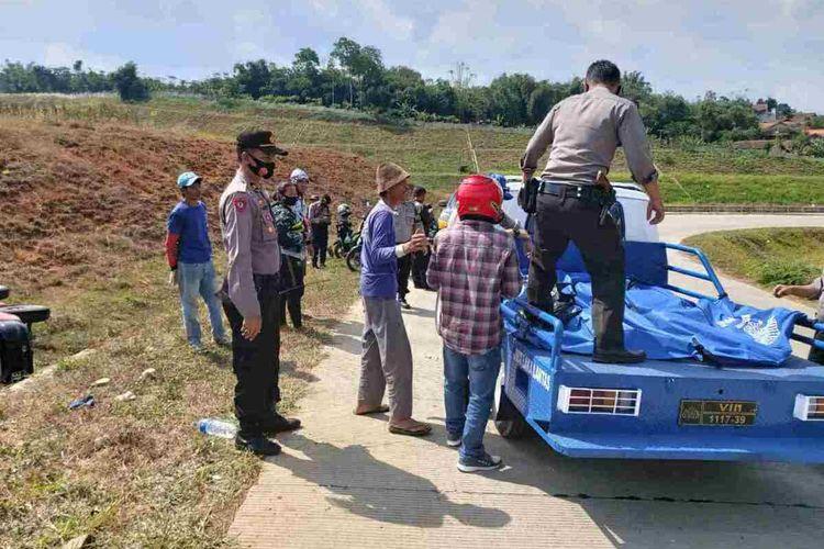 Anggota Polres Sumedang evakuasi korban kecelakaan maut di lokasi proyek Tol Cisumdawu, Kamis (10/9/2020) sore. Dok. Polres Sumedang/Kompas.com