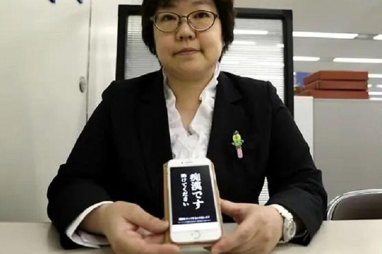 Petugas kepolisian Tokyo menunjukkan tampilan aplikasi Digi Police untuk mengusir pelaku tindakan pelecehan.