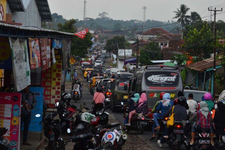 Antrean kendaraan pemudik melintas di Jalur Alternatif Selatan di Jalan Raya Panjalu, Kabupaten Ciamis, Jawa Barat, Jumat (7/6/2019). Memasuki H+2 Lebaran arus balik di jalur alternatif selatan terpantau padat merayap dan masih mendominasi pemudik lokal dan kunjungan wisatawan.