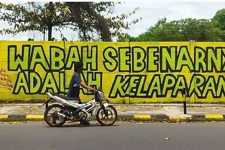 Mural bertuliskan 'wabah sebenarnya adalah kelaperan di Banjarmasin, Kalsel, dihapus petugas Satpol PP.