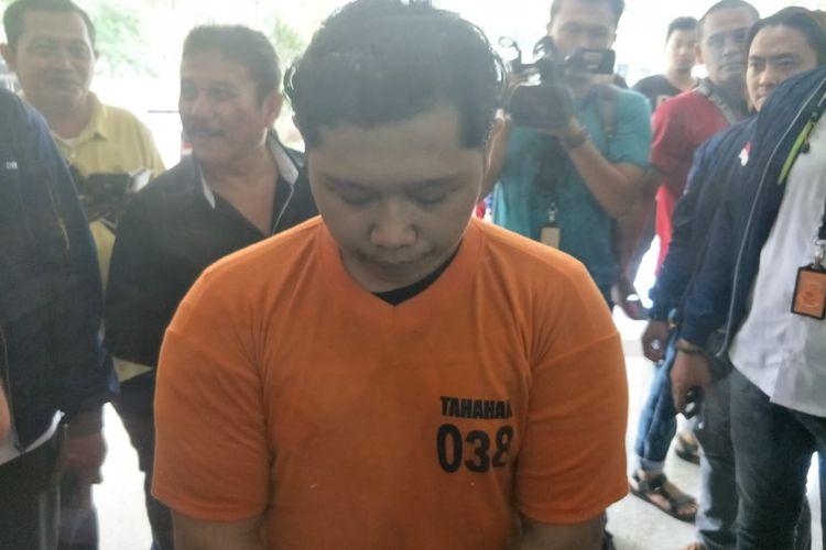 Tersangka pelecehan seksual yang memegang area privat wanita di wilayah Bekasi, Jawa Barat. Foto diambil saat konferensi pers di Polda Metro Jaya, Jakarta Selatan, Senin (20/1/2020).