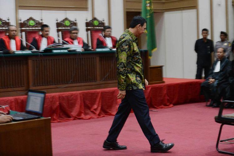Terdakwa kasus dugaan penodaan agama Basuki Tjahaja Purnama atau Ahok mengikuti sidang lanjutan yang digelar PN Jakarta Utara di Auditorium Kementerian Pertanian, Jakarta Selatan, Kamis (20/4/2017). Dalam sidang dengan agenda pembacaan tuntutan itu, Jaksa Penuntut Umum (JPU) menyatakan Ahok bersalah dan dipidana 1 tahun penjara dengan masa percobaan 2 tahun.