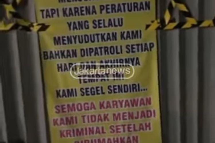 Tangkapan layar akun @jktnewss video pemilik usaha menyegel sendiri kafenya yang berlokasi di Jalan Raya Kebayoran Lama, Sukabumi Utara, Kebon Jeruk, Jakarta Barat.