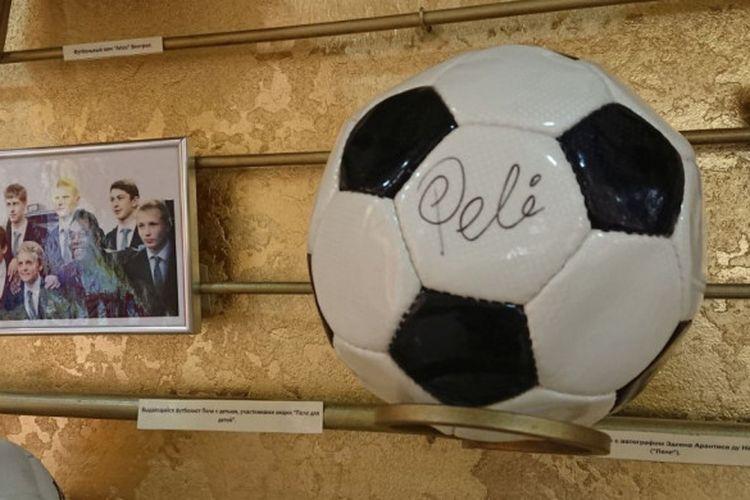 Bola bertanda tangan legenda sepak bola Brasil, Pele, di Museum Olahraga Rusia.