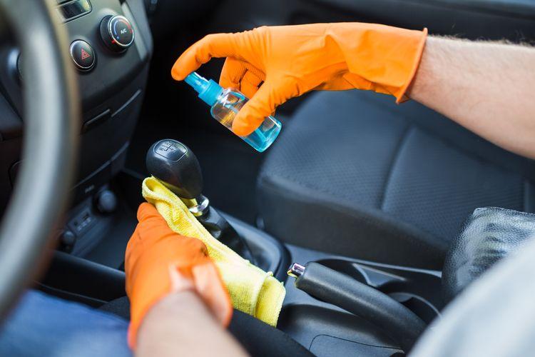 Ilustrasi membersihkan mobil untuk menghalau virus dan bakteri
