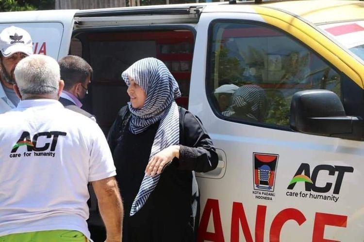Ambulans bantuan Pemkot Padang membantu.warga Palestina