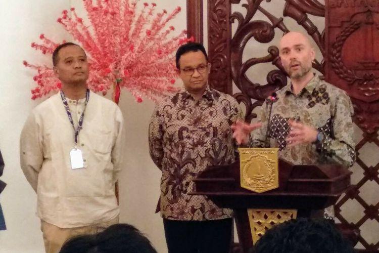 (Dari kiri ke kanan) Direktur Utama PT Transjakarta, Gubernur DKI Jakarta Anies Baswedan, dan Direktur Eksekutif C40 Cities Climate Leadership Group Mark Watts di Balai Kota DKI Jakarta, Jumat (29/3/2019).