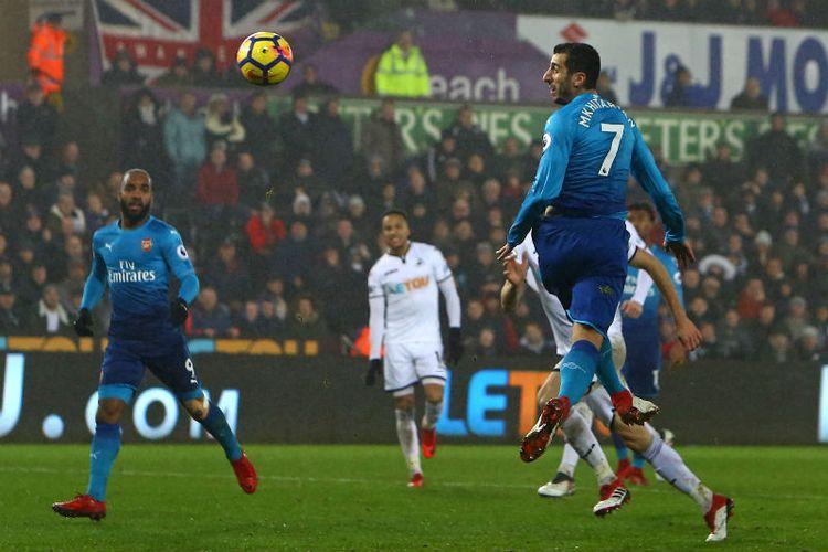Henrikh Mkhitaryan melakoni debut berseragam Arsenal pada laga Premier League kontra Swansea City di Stadion Liberty, Selasa (30/1/2018).