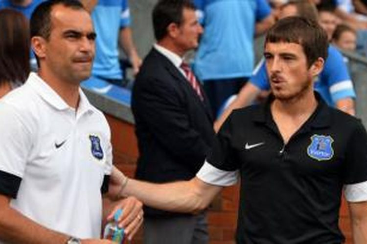 Pelatih Everton, Roberto Martinez (kiri) dan Leighton Baines (kanan).