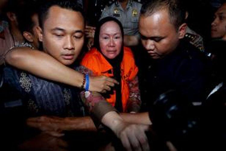 Gubernur Banten, Ratu Atut Chosiyah resmi ditahan usai diperiksa Komisi Pemberantasan Korupsi (KPK) di Gedung KPK, Jakarta, Jumat (20/12/2013). Penahanan tersebut terkait keterlibatan Atut dalam kasus dugaan suap pengurusan sengketa Pilkada Lebak, Banten. KOMPAS IMAGES/KRISTIANTO PURNOMO