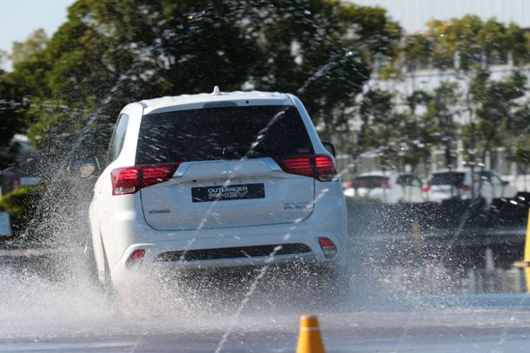 Kompas.com menjajal SUV terbaru Outlander PHEV di pabrik Mitsubishi di Okazaki, Jepang.