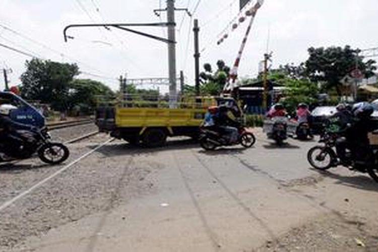 Ilustrasi perlintasan sebidang dengan rel kereta api.