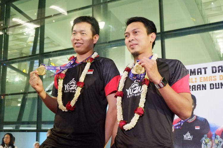 Pasangan ganda putra Indonesia, Mohammad Ahsan/Hendra Setiawan, saat tiba di Bandara Soekarno-Hatta, Tangerang, Selasa (27/8/2019) malam.