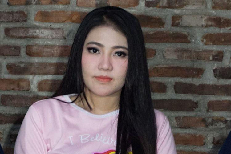 Penyanyi dangdut Via Vallen saat diabadikan dalam jumpa pers single terbarunya berjudul Meraih Bintang di Studio Toha, Ciputat, Tangerang Selatan, Rabu (6/6/2018).
