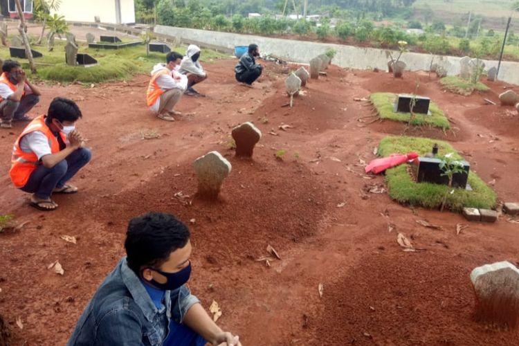 Warga dihukum mendoakan jenazah di kuburan Covid-19