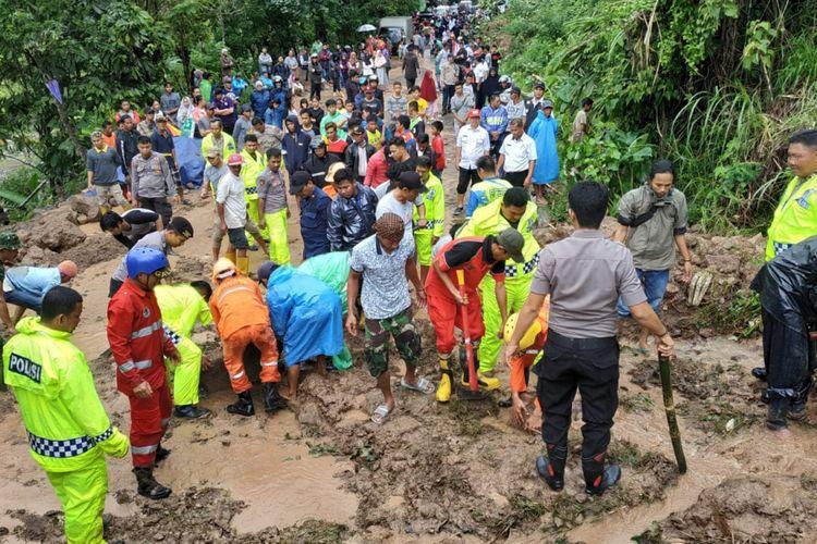 Tim SAR gabungan dibantu TNI Polri berupaya membersihkan materil longsor yang menutup akses ke sejumlah titik longsoran di Kabupaten Gowa, Sulsel. Rabu, (23/1/2019).